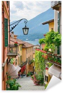 Sticker Pixerstick Petite ville pittoresque vue sur la rue dans le lac de Côme en Italie
