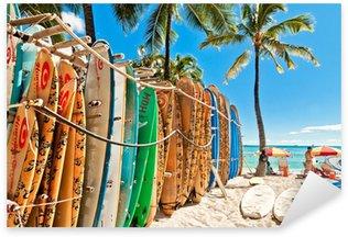 Sticker Pixerstick Planches de surf dans le rack à la plage de Waikiki à Honolulu -