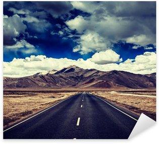 Sticker Pixerstick Route sur les plaines avec des montagnes dans l'Himalaya