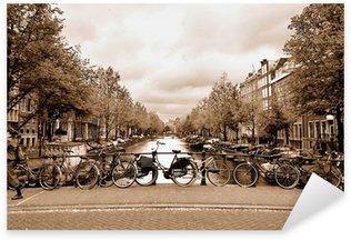 Pixerstick Sticker Uitzicht op het centrum van Amsterdam met fietsen op een brug