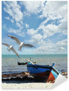 Sticker Pixerstick Vacances Rappel: plage avec un bateau de pêche et des mouettes