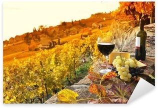 Sticker Pixerstick Verre de vin rouge sur le vignoble de terrasse dans la région de Lavaux, Swit