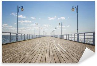 Sticker Pixerstick Vieux quai en bois vide sur le rivage de la mer, avec copie espace