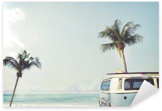 Sticker Pixerstick Vintage voiture stationnée sur la plage tropicale (bord de mer) avec une planche de surf sur le toit - voyage de loisirs en été