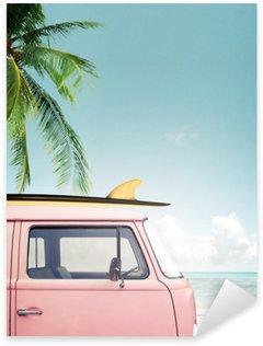 Sticker Pixerstick Vintage voiture stationnée sur la plage tropicale (bord de mer) avec une planche de surf sur le toit