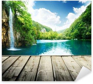 Pixerstick Sticker Waterval in diepe bossen van Kroatië en hout pier