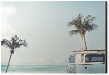 Tableau Alu-Dibond Vintage voiture stationnée sur la plage tropicale (bord de mer) avec une planche de surf sur le toit - voyage de loisirs en été