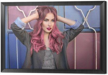 Tableau en Cadre Beau modèle de mode hippie aux cheveux roses bouclés posant devant le mur coloré