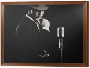 Tableau en Cadre Faible clé portrait de la chanteuse de jazz dans le chapeau dans l'obscurité.