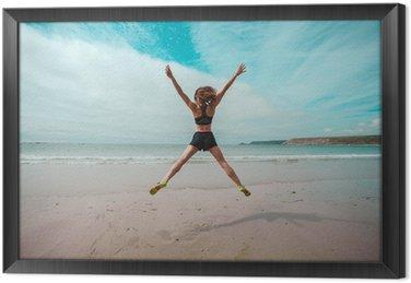Tableau en Cadre Jeune femme faisant étoiles saute sur la plage