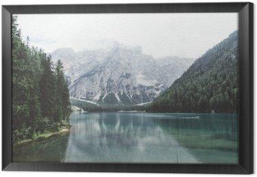 Tableau en Cadre Lac Braies avec de l'eau verte et les montagnes avec trees__