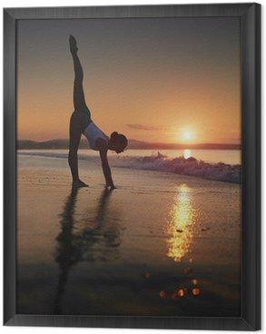 Tableau en Cadre Une femme faisant une séance d'entraînement de yoga à la plage pendant un lever de soleil