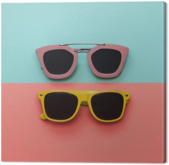 Tableau sur Toile À plat ensemble de la mode: deux lunettes de soleil sur fond pastel. Vue de dessus.