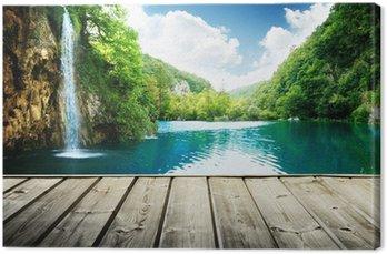 Tableau sur Toile Cascade dans la forêt profonde de la Croatie et de la jetée en bois