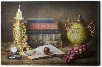 Tableau sur Toile Classique encore la vie avec des antiquités, livres anciens, vieux tuyaux, verres, montre de poche et les raisins sur la table en bois rustique.