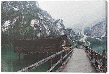 Tableau sur Toile Jetée en bois sur le lac Braies avec des montagnes et trees__