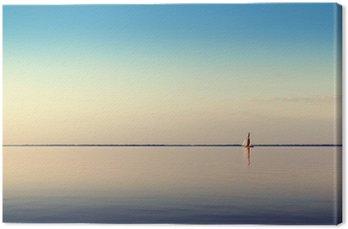 Tableau sur Toile Paysage de l'eau avec du blanc voilier sur les eaux calmes à la lumière du coucher du soleil. Photos Toned et de traitement.