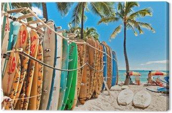 Tableau sur Toile Planches de surf dans le rack à la plage de Waikiki à Honolulu -