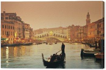 Tableau sur Toile Pont du Rialto et gondoles à une soirée d'automne brumeux à Venise.