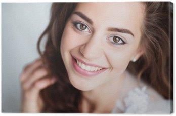 Tableau sur Toile Portrait de femme souriante avec le sourire parfait et les dents blanches regardant la caméra