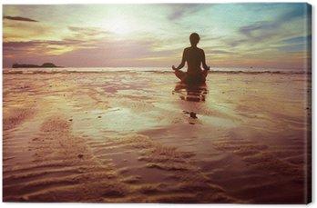 Tableau sur Toile Sport et fitness, silhouette d'une femme méditant sur la plage