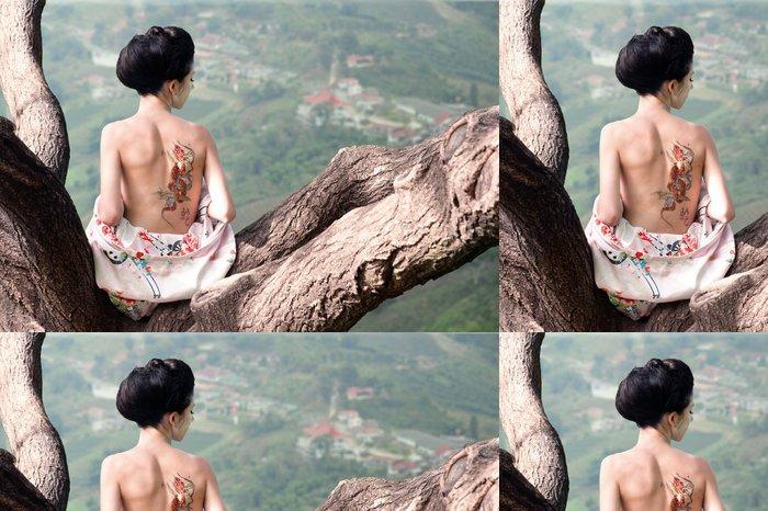 Vinyltapete Frau mit Schlange Tattoo sitzt auf Ast (Orig.) - Tattoo