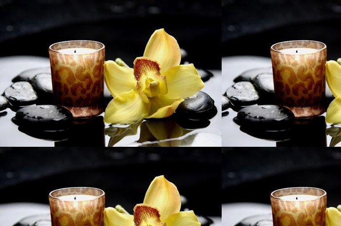 Tapeta Pixerstick Aromaterapie svíčku a zen kameny s žlutým orchidej reflexe - Životní styl, péče o tělo a krása
