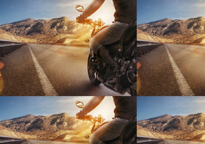 Tapeta Pixerstick Biker, jízda na motocyklu na prázdné silnici při západu slunce - Extrémní sporty