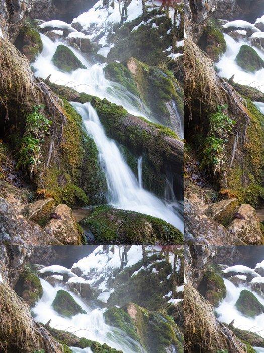 Tapeta Pixerstick Bublající potok protékající protokolu na pozadí sněhu - Roční období