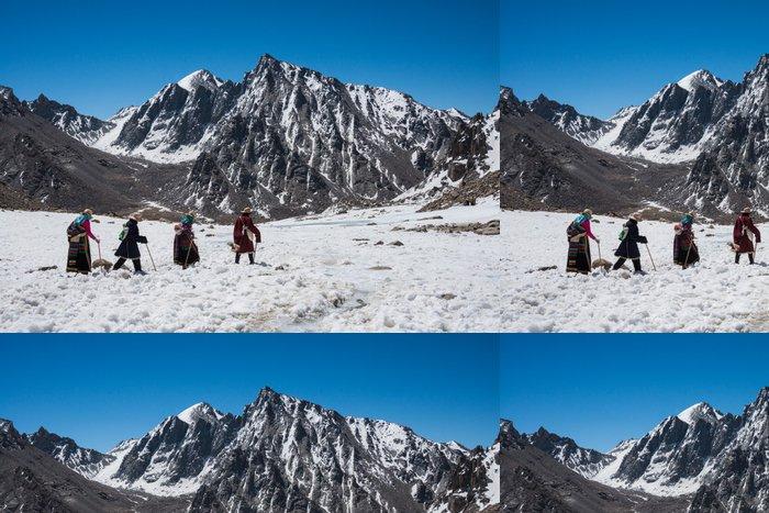 Tapeta Pixerstick Buddhističtí poutníci jdou koru kolem Mt. Kailash - Témata