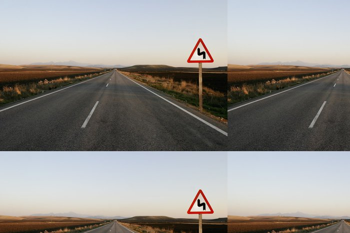 Tapeta Pixerstick Carretera recta con señal de curva peligrosa - Život