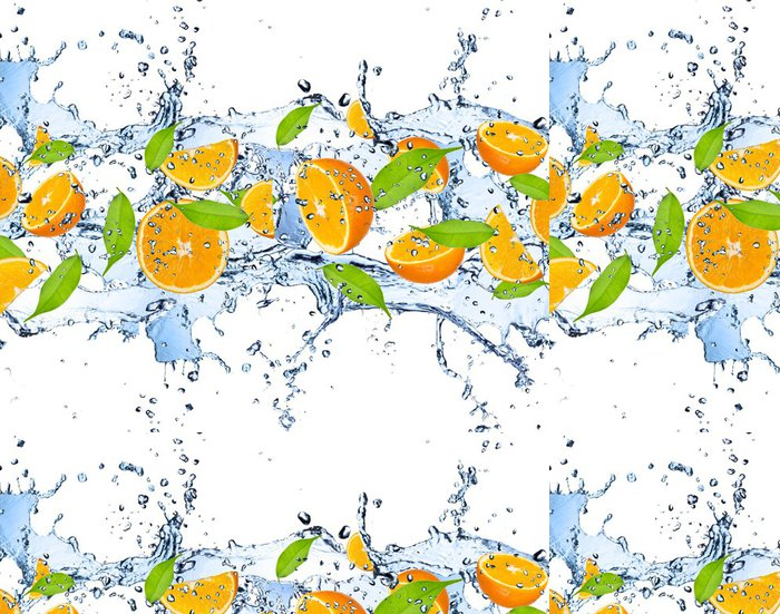 Tapeta Pixerstick Čerstvé pomeranče ve stříkající vodě, izolovaných na bílém pozadí - Voda