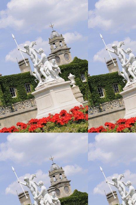 Tapeta Pixerstick Červené květy v přední části Venuše a Adonis soch - Památky