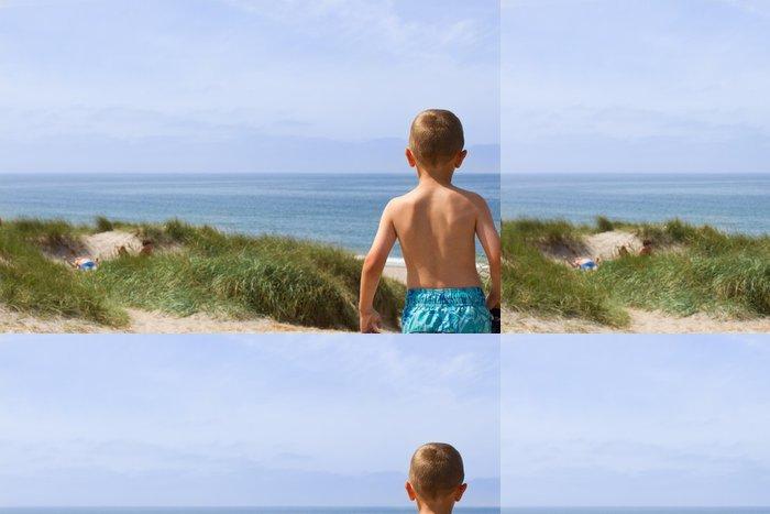 Tapeta Pixerstick Chlapec s výhledem na pobřeží Severního moře - Voda