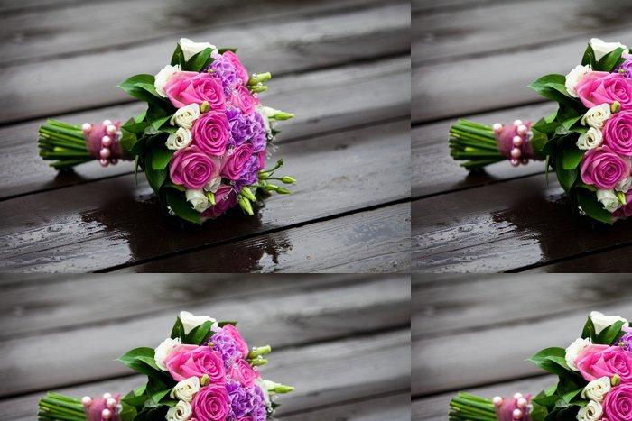 Tapeta Pixerstick Delikátní kytice růží na mokré dřevo po dešti - Slavnosti