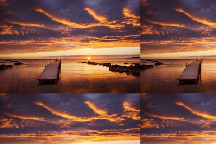 Tapeta Pixerstick Dramatické nebe při západu slunce - Voda