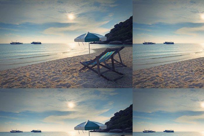 Tapeta Pixerstick Dřevo židle postel a deštníku na písečné pláži při západu slunce čas - Ostrovy