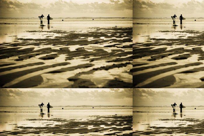Tapeta Pixerstick Dva surfaři na pláži při západu slunce - Prázdniny