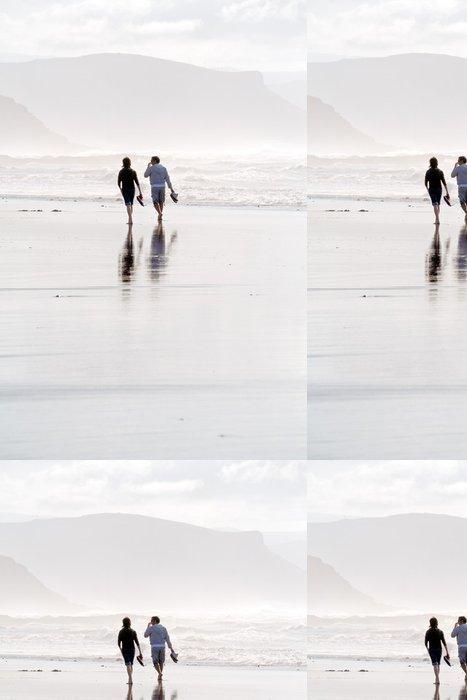 Vinylová Tapeta Dvě osoby chůzi na pláži při západu slunce - Outdoorové sporty