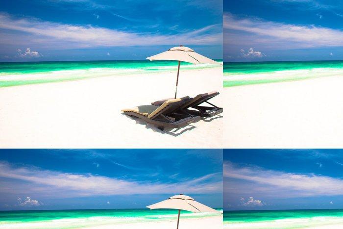 Tapeta Pixerstick Dvě plážová lehátka a slunečník na písečné pláži. Dovolená - Situace v podnikání