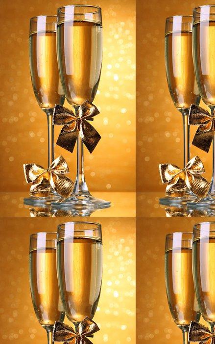 Tapeta Pixerstick Dvě sklenice šampaňského na světlé pozadí se světly - Alkohol
