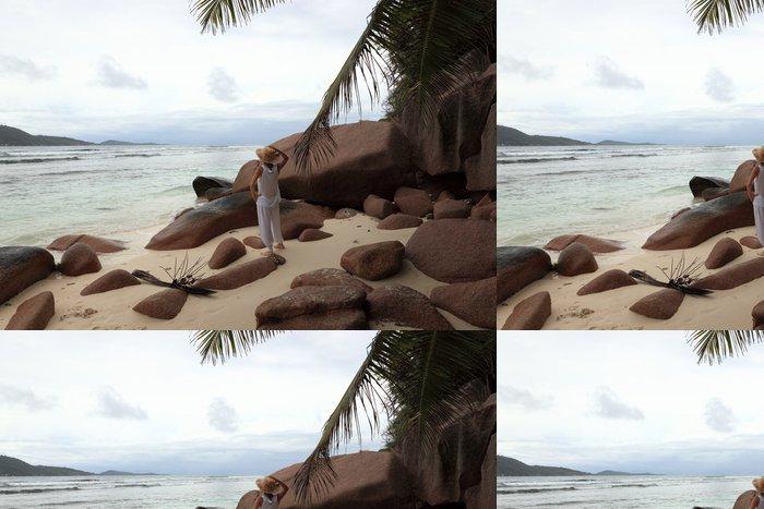 Vinylová Tapeta Femme sur plage de La Digue aux Seychely - Prázdniny
