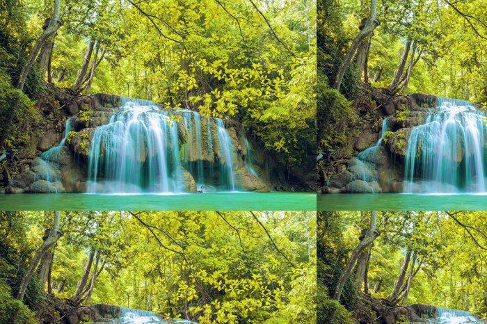 Vinylová Tapeta Hlubokém lese vodopád v národním parku Erawan vodopádu - Asie