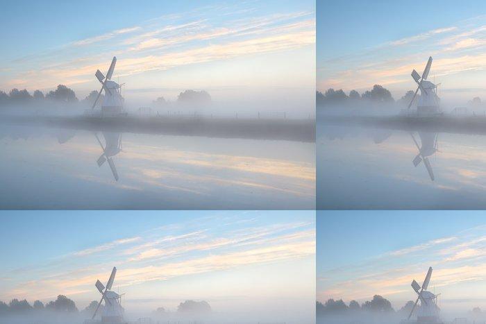 Tapeta Pixerstick Holandský větrný mlýn v husté mlze při východu slunce - Infrastruktura