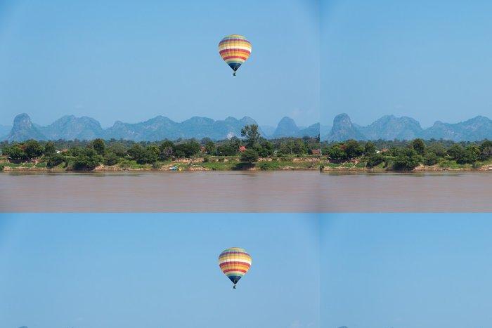 Tapeta Pixerstick Horkovzdušný balón přes řeku - Vzduch
