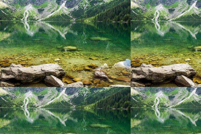 Tapeta Pixerstick Horské jezero s modrou vodou a skalnatými horami - Roční období