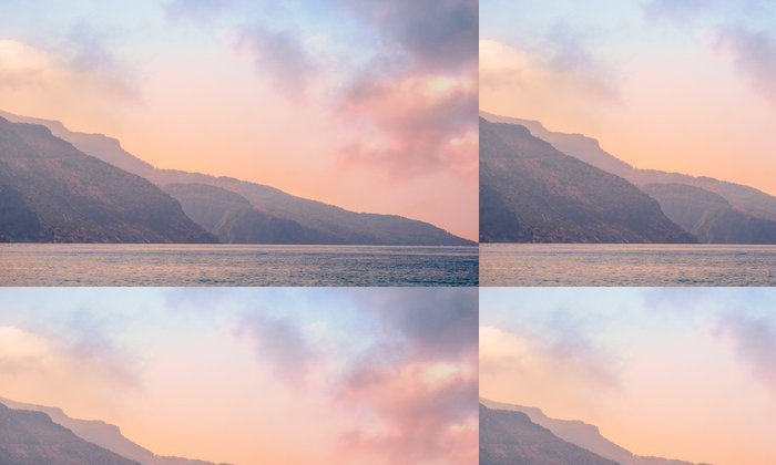 Tapeta Pixerstick Hory krajiny na pobřeží při východu slunce - klid a růženín barvy. - Nebe