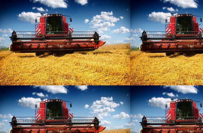 Tapeta Pixerstick Kombajn sklizeň pšenice na slunné letní den - Zemědělství