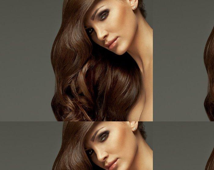 Tapeta Pixerstick Krásná dívka s dlouhými vlasy a dokonalý make-up -