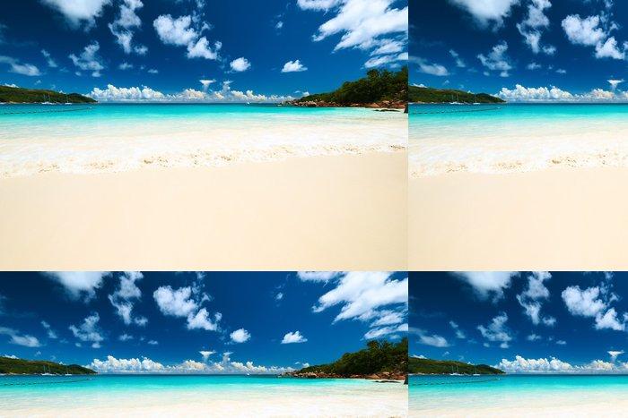 Tapeta Pixerstick Krásná pláž na Seychely - Voda